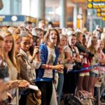 Fans gathered at Gardermoen airport on Tuesday afternoon in the vain hope of catching a glimpse of their idol. Photo: Scanpix