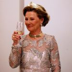 Queen Sonja raises a toast on Wednesday night at the presidential palace in Warsaw during her state visit to Poland with King Harald.Photo: Lise Åserud/Scanpix