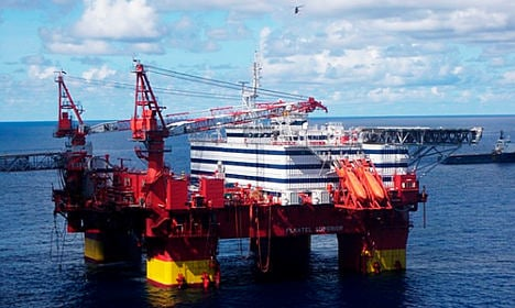 Hundreds rescued from listing Norway oil rig