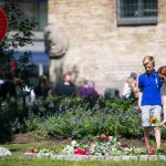 People paid their respects to the victims of the terrorist attacks by laying flowers or wreaths.Photo: Heiko Junge / NTB Scanpix