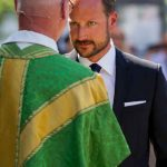 Crown Prince Haakon talks with Trond Bakkevig, acting bishop in Oslo, as the Royal leaves a memorial service in Oslo cathedral on Tuesday.Photo: Vegard Grøtt / NTB scanpix