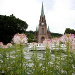 Civil and church weddings in Norway almost equal