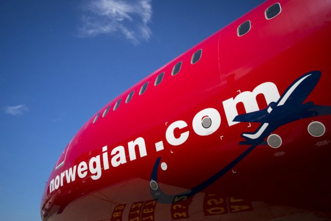 Struggling Norwegian lingers in the red, cuts capacity again