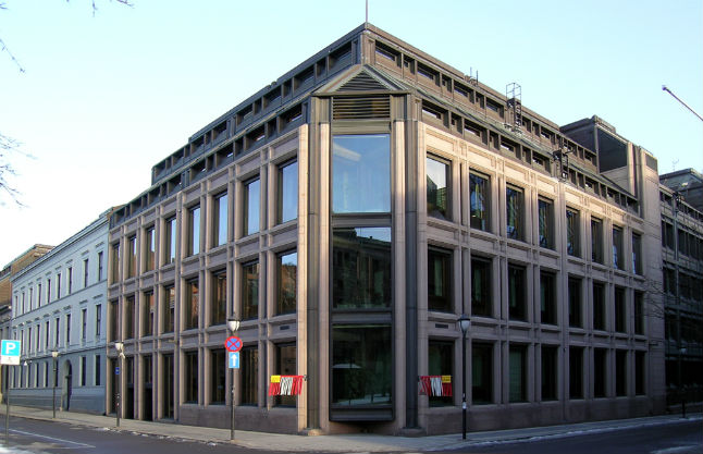 Norway central bank mulls stepping in to prop up falling krona